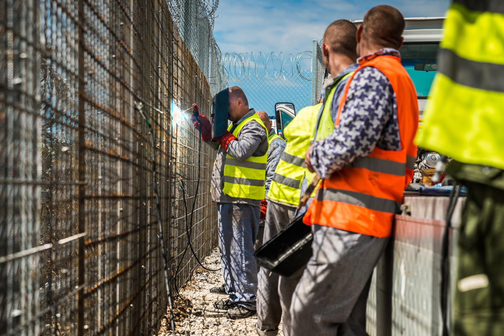 Fogvatartottak dolgoznak az Ideiglenes Biztonsági Határzár megerősítésén