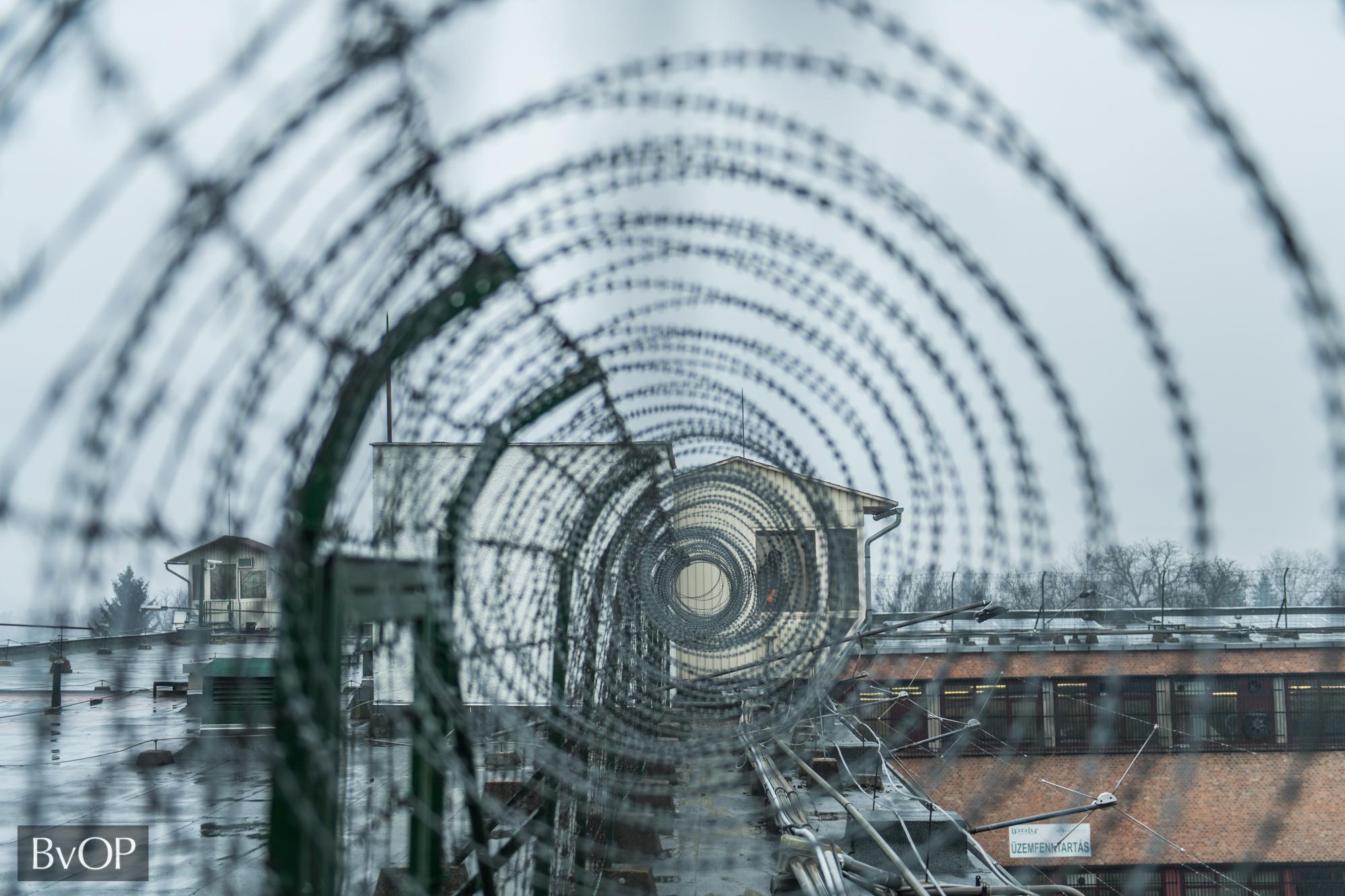 Biztonságtechnikai eszközök a börtön tetején található külső őrhelyen