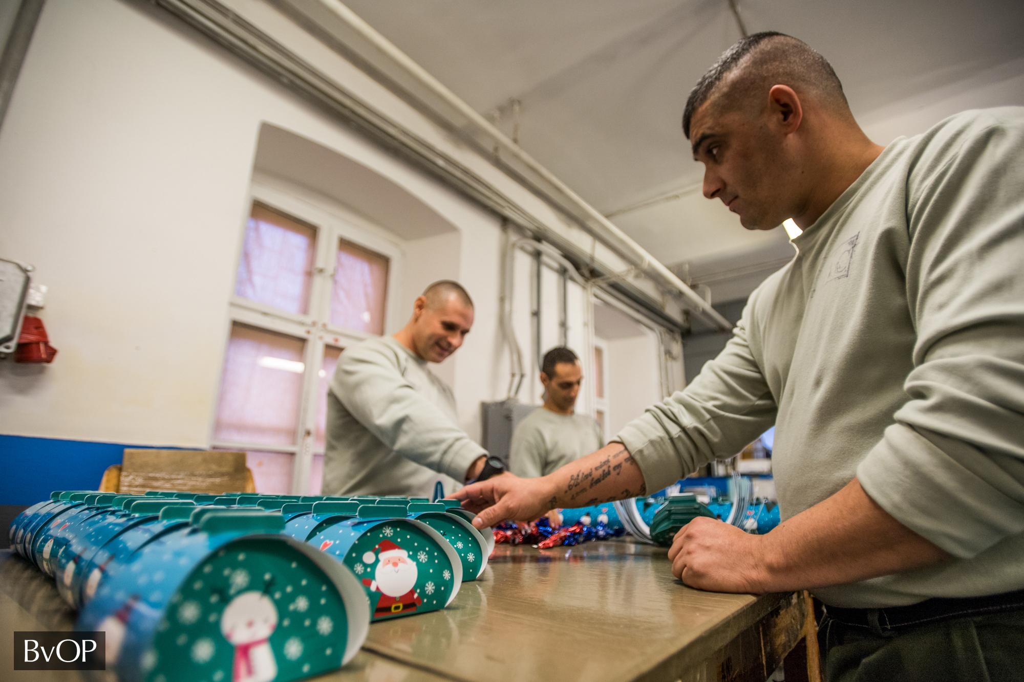 Fogvatartottak karácsonyi ajándékokat készítenek a rászorulóknak a Váci Fegyház és Börtönben működő Duna-Mix Kft. nyomdájában