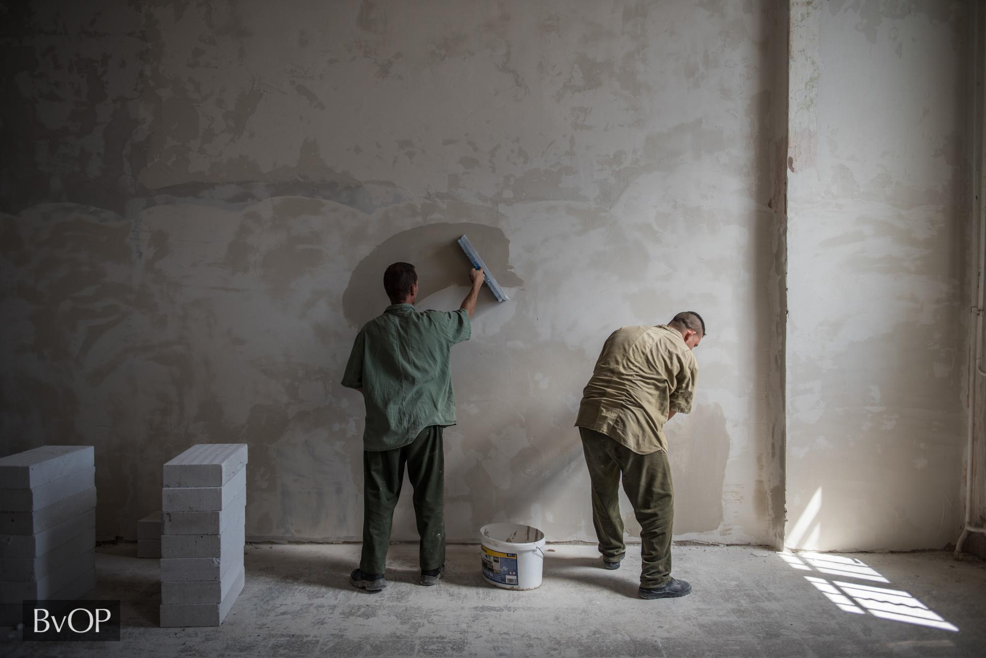 Fogvatartottak vakolják a börtön falát