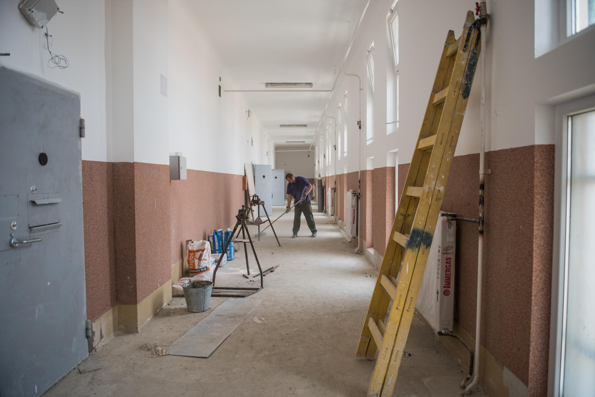 Fogvatartottak dolgoznak a börtönök felújításában
