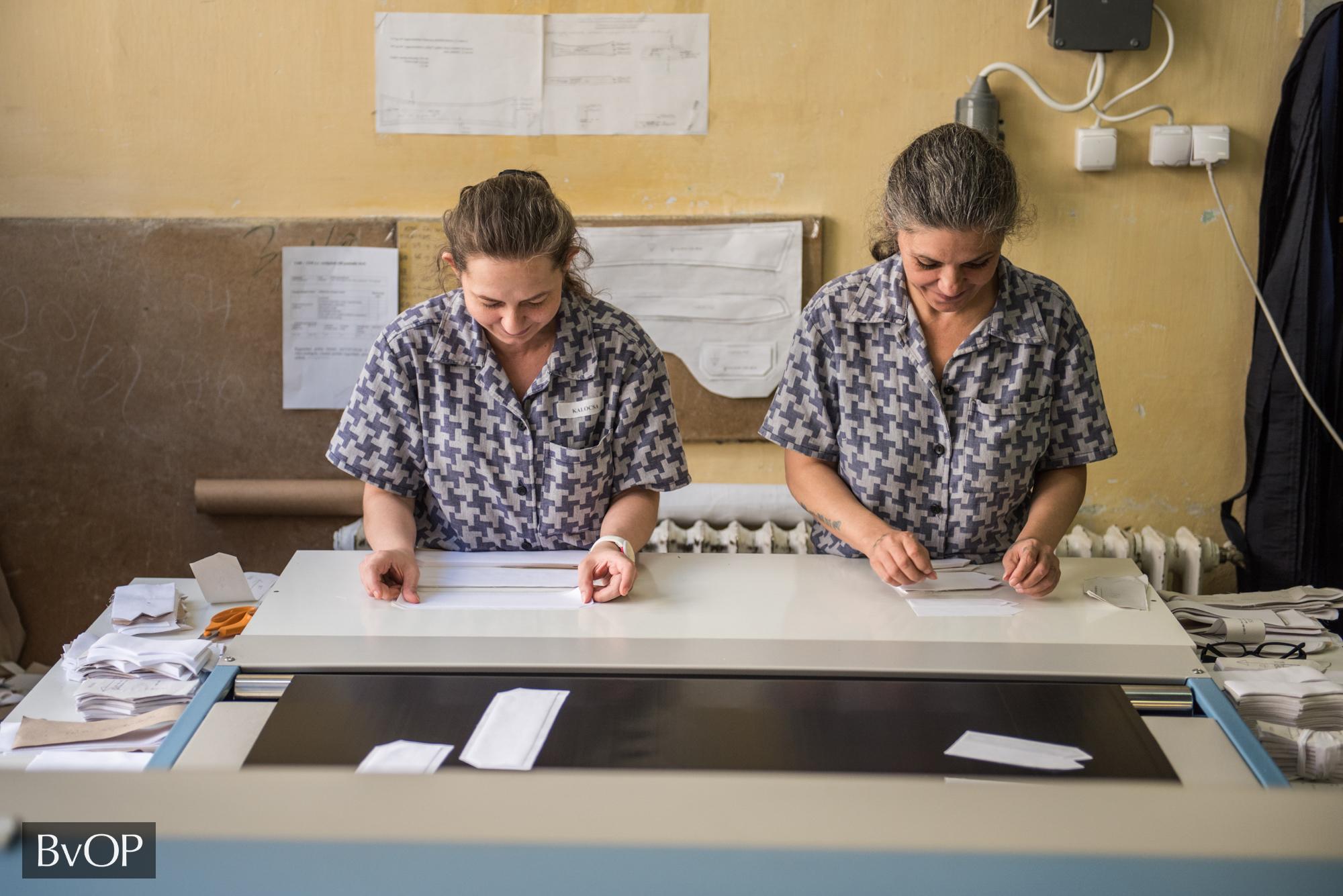 Női elítéltek szabásmintákat készítenek