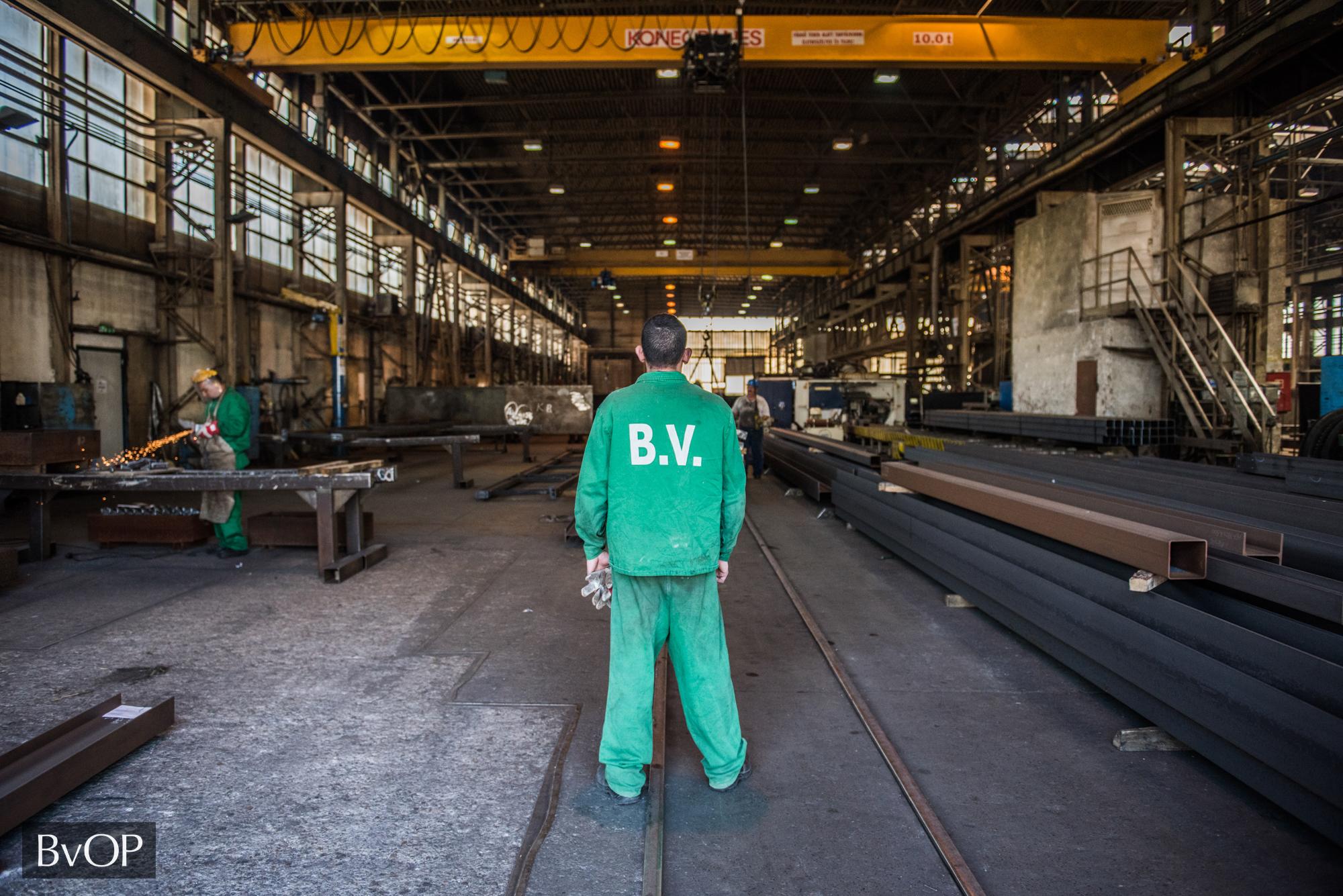 Fogvatartottak dolgoznak az Ideiglenes Biztonsági Határzár elemein a dunaújvárosi vasműben