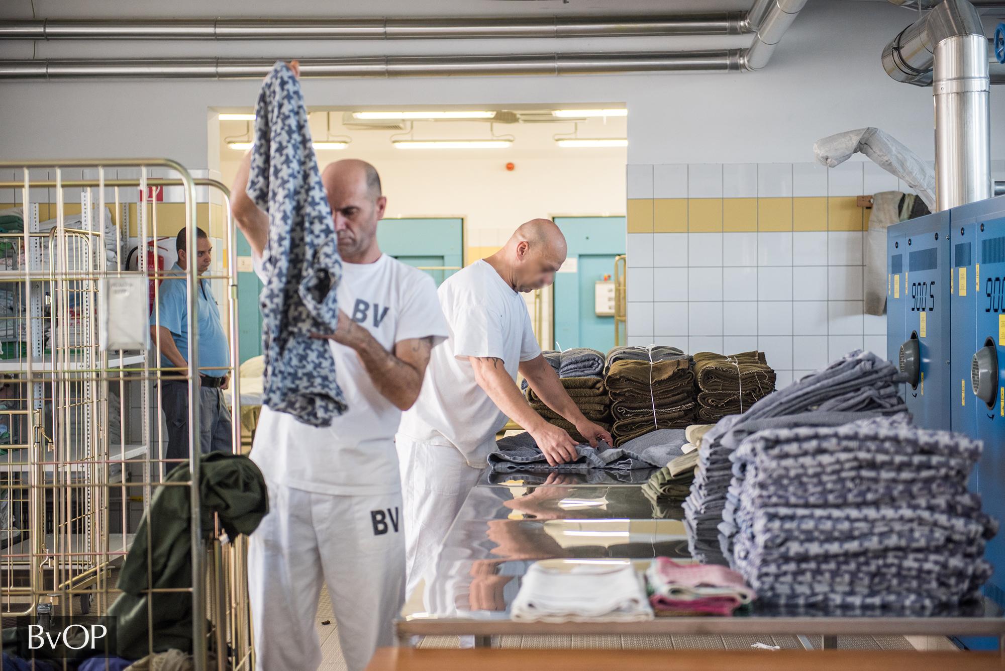 Fogvatartottak dolgoznak a börtönök mosodáiban