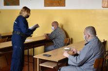 A vizsgázó elítéltek megkapják a vizsgalapokat