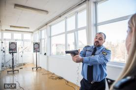 Lőgyakorlat az oktatási központban