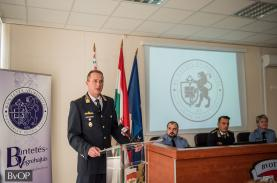 Orosz Zoltán bv. alezredes, a büntetés-végrehajtási szervezet szóvivője köszönti a vendégeket az oktatási központ nyílt napján