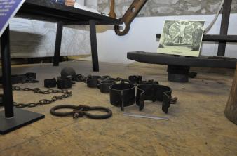 Vasgolyó és lánc a Börtönmúzeum középkori kínzóeszközeit bemutató tárlatán