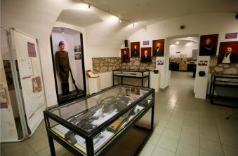 A Börtönmúzeum korabeli lőfegyvereket és egyenruhákat bemutató tárlat