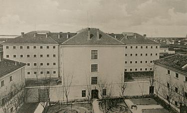 A Szegedi Fegyház és Börtön egy korabeli fotón. A királyi kerületi börtön építését Wágner Gyula műépítész tervei alapján 1883 júniusában kezdték meg, a Csillagbörtön elnevezést a csillag alaprajzú elhelyezés miatt kapta.