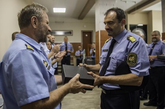 Csorba Zsolt bv. őrnagy (jobbra) átveszi a 2. helyért járó díjat