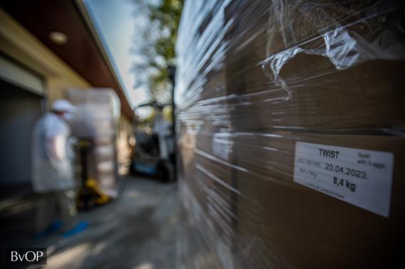 Raklapokon várják a szállítást az Angliába készülő tésztacsomagok