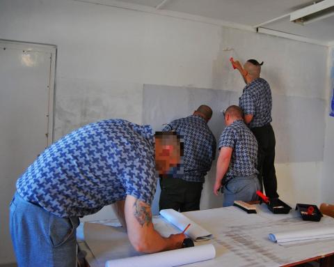Festő fogvatartottak a gyakorlati oktatáson