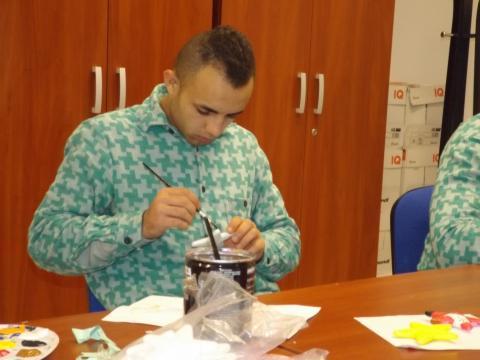 Kézzel készülnek a karácsonyi ajándékok a kórház kis betegei részére