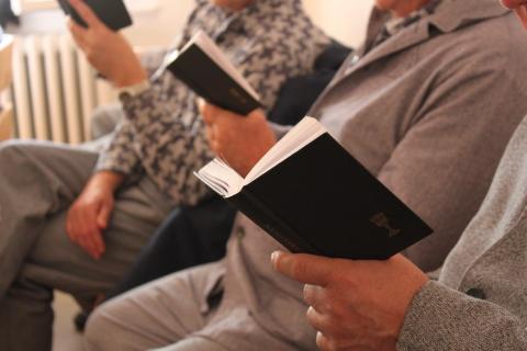 Imádkozó fogvatartottak