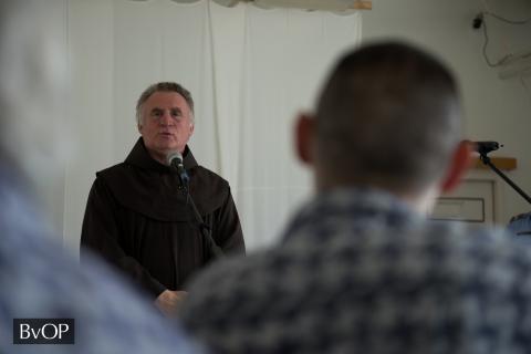 Böjte atya beszél a fogvatartottakhoz