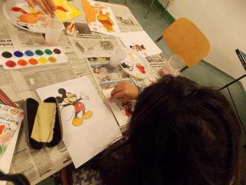 Női elítélt és rajza a kézműves foglalkozáson