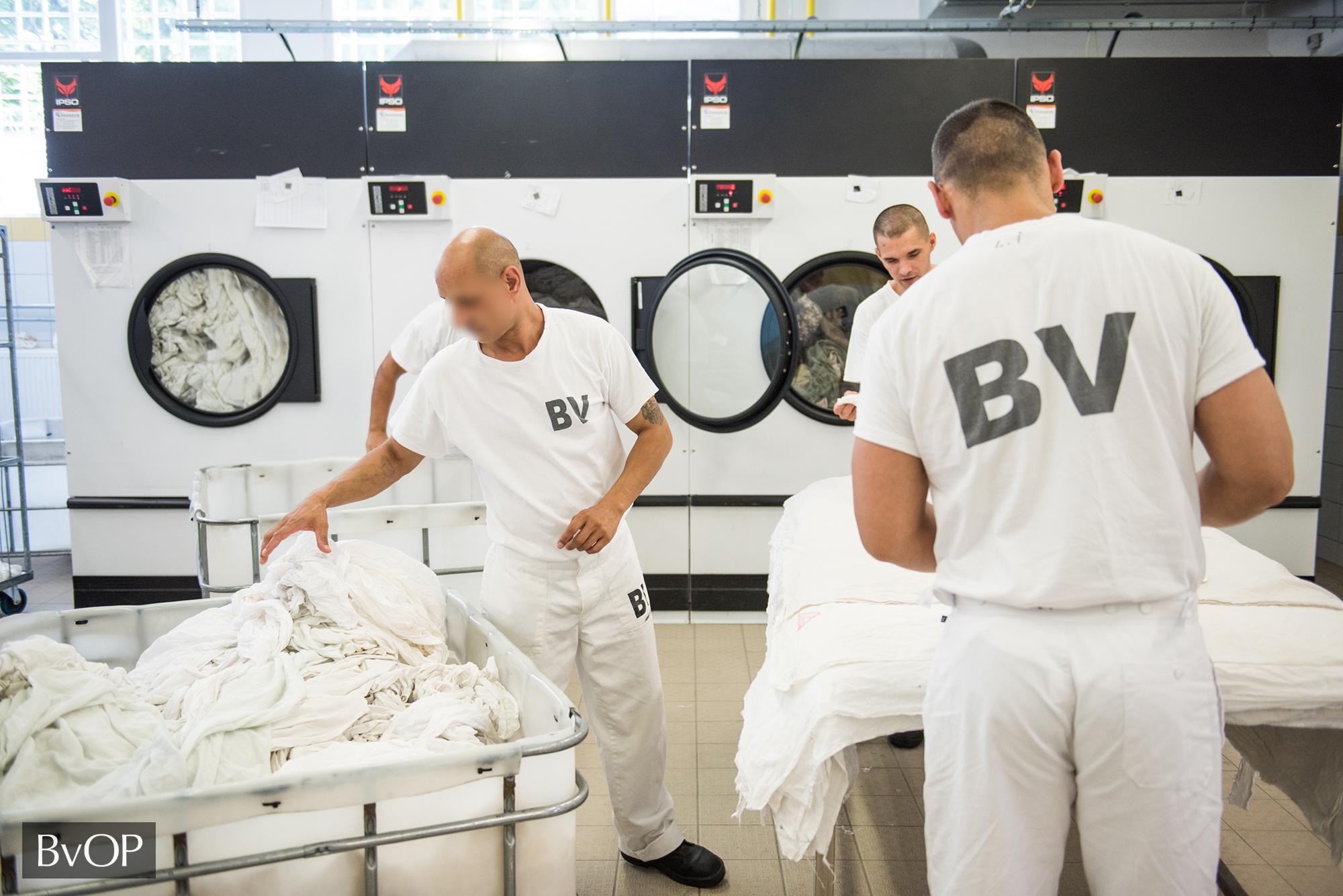 Fogvatartottak dolgoznak a huszonegyedik századi modern mosodában